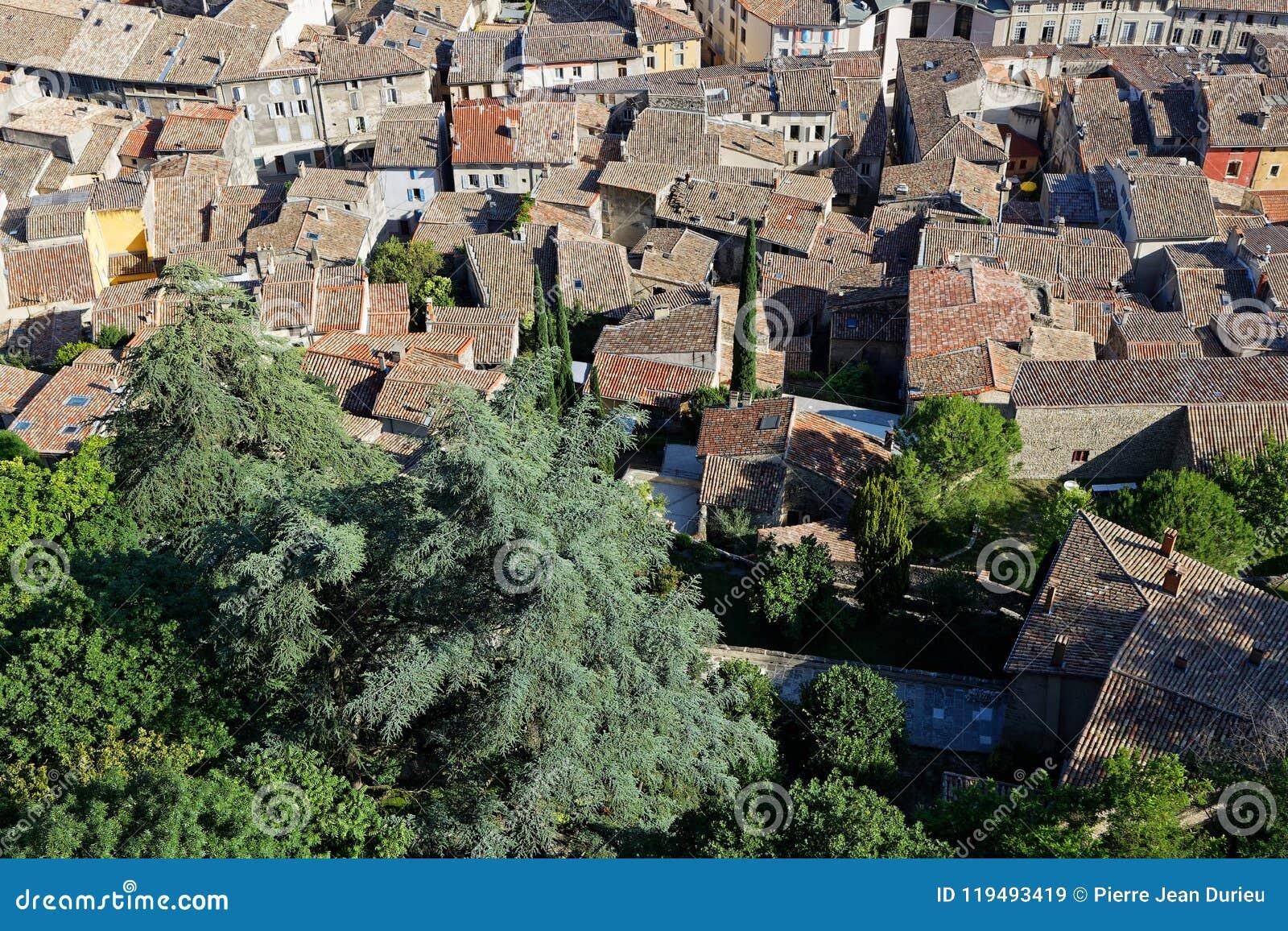 Los tejados tejados de la ciudad de la cresta