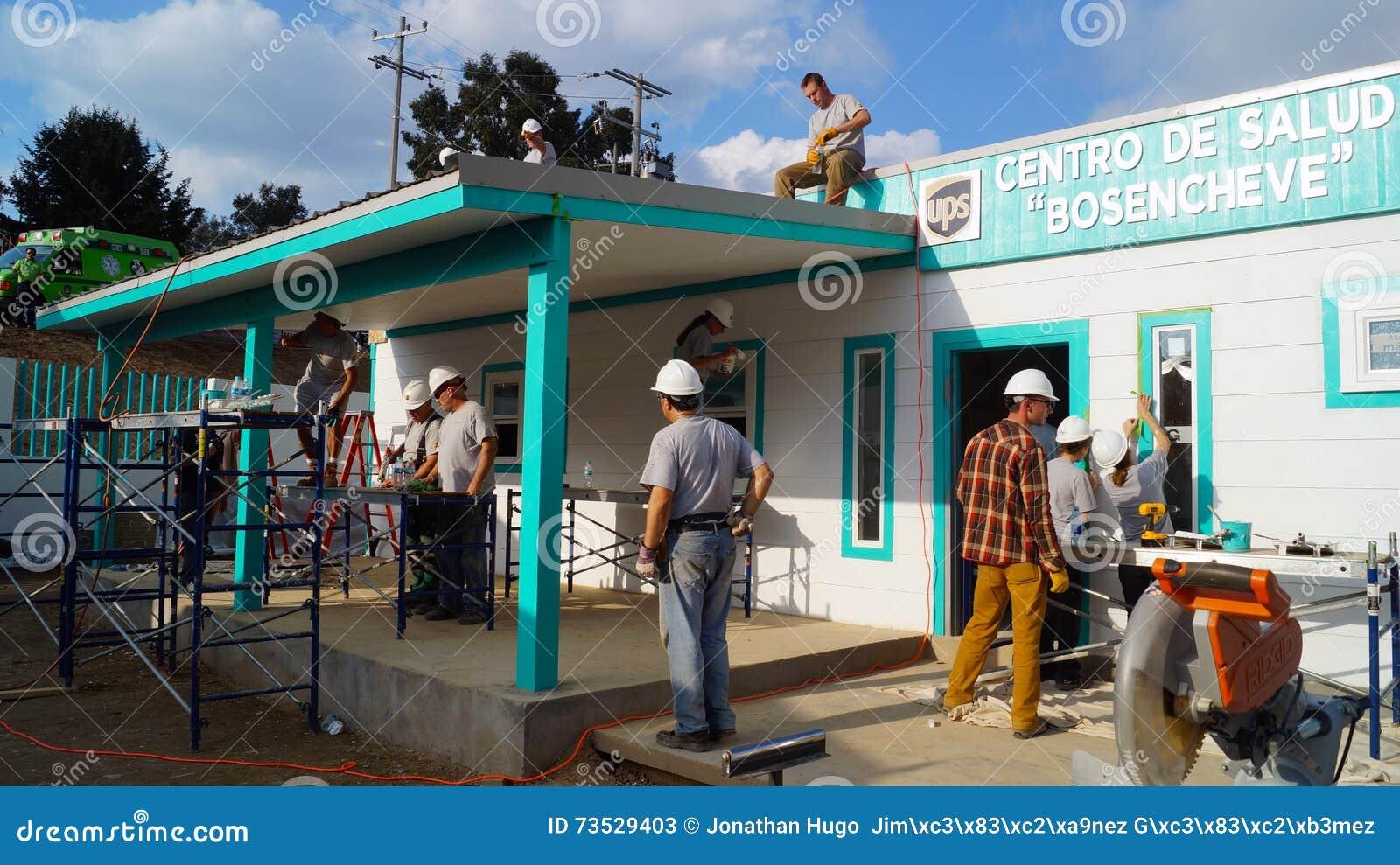 Los trabajadores del trabajo en equipo construyen un centro del médico