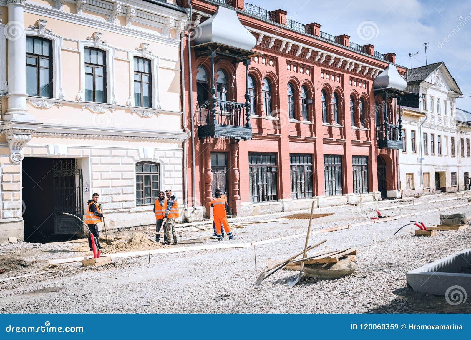 Los trabajadores emigrantes del trabajo están realizando la reconstrucción