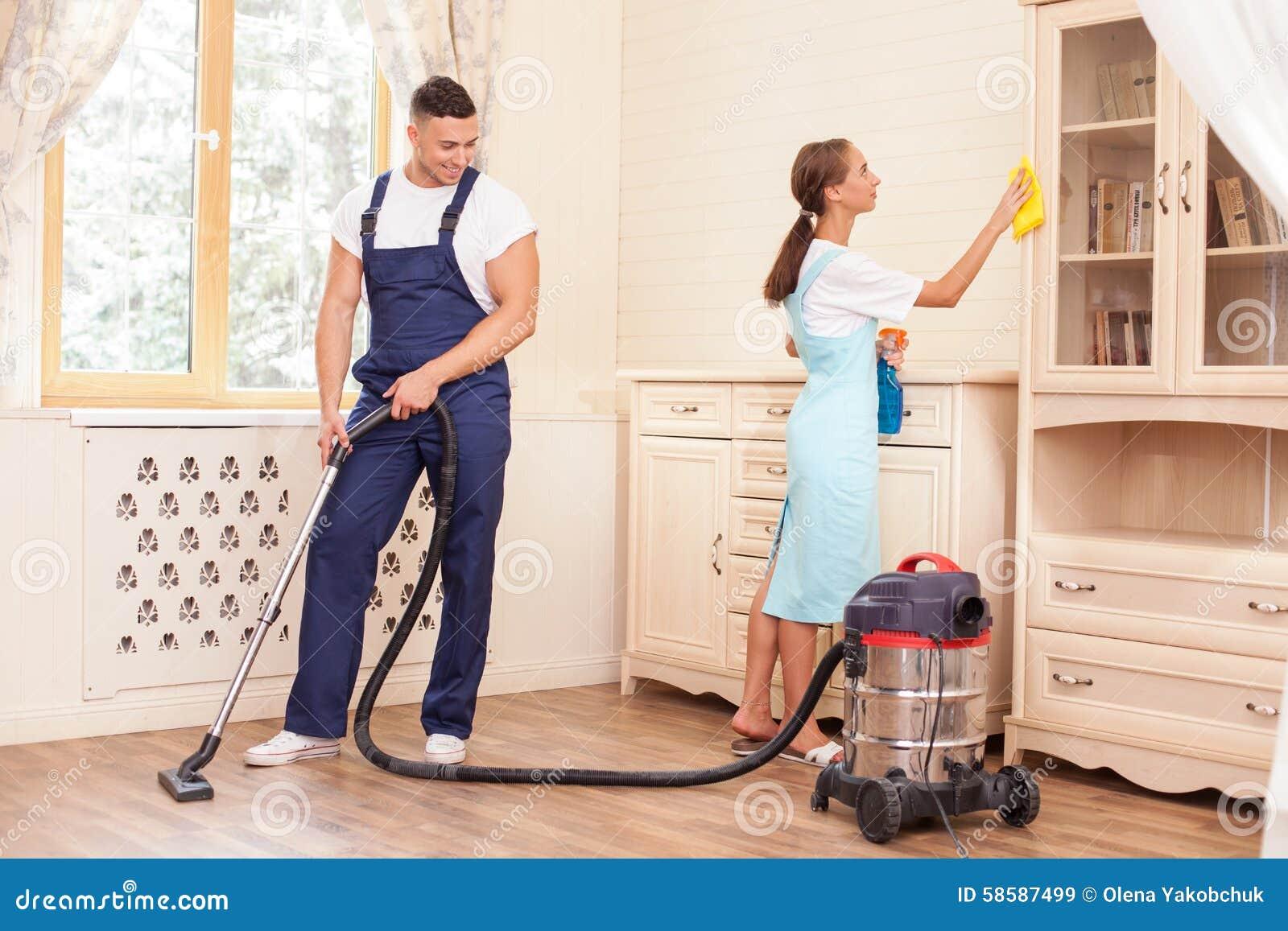 El Par Joven Hermoso Est Haciendo Limpieza En Casa Foto De  ~ Por Donde Empezar A Limpiar Una Casa