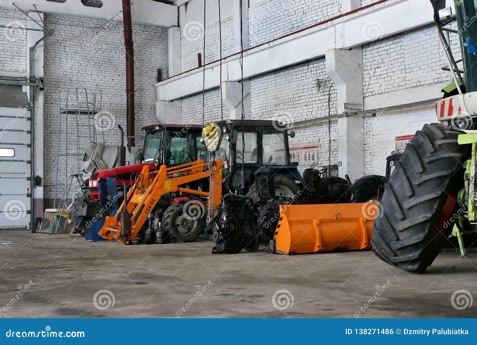 Los tractores agrícolas en la tienda que se prepara para plantar