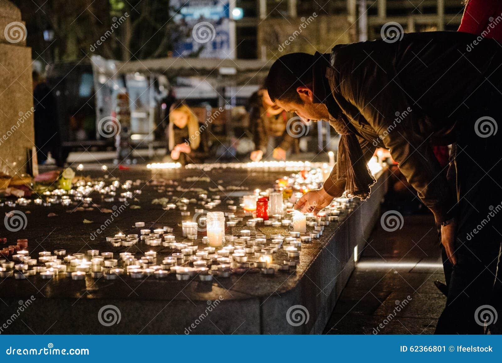 Los tributos que son presentados después de la París atacan los ataques af de París