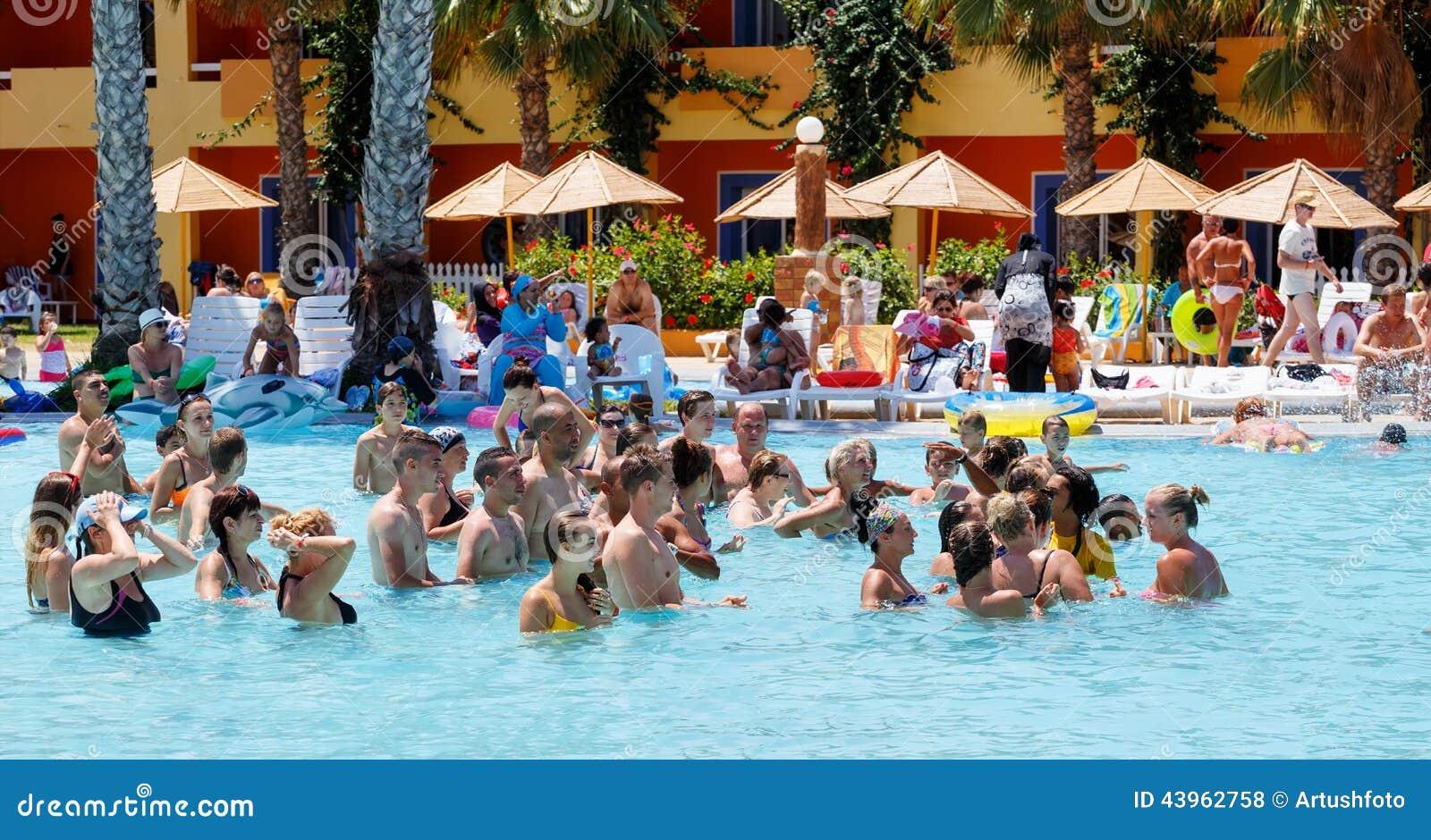 Los turistas el d a de fiesta est n haciendo aer bicos de for Fiesta de piscina