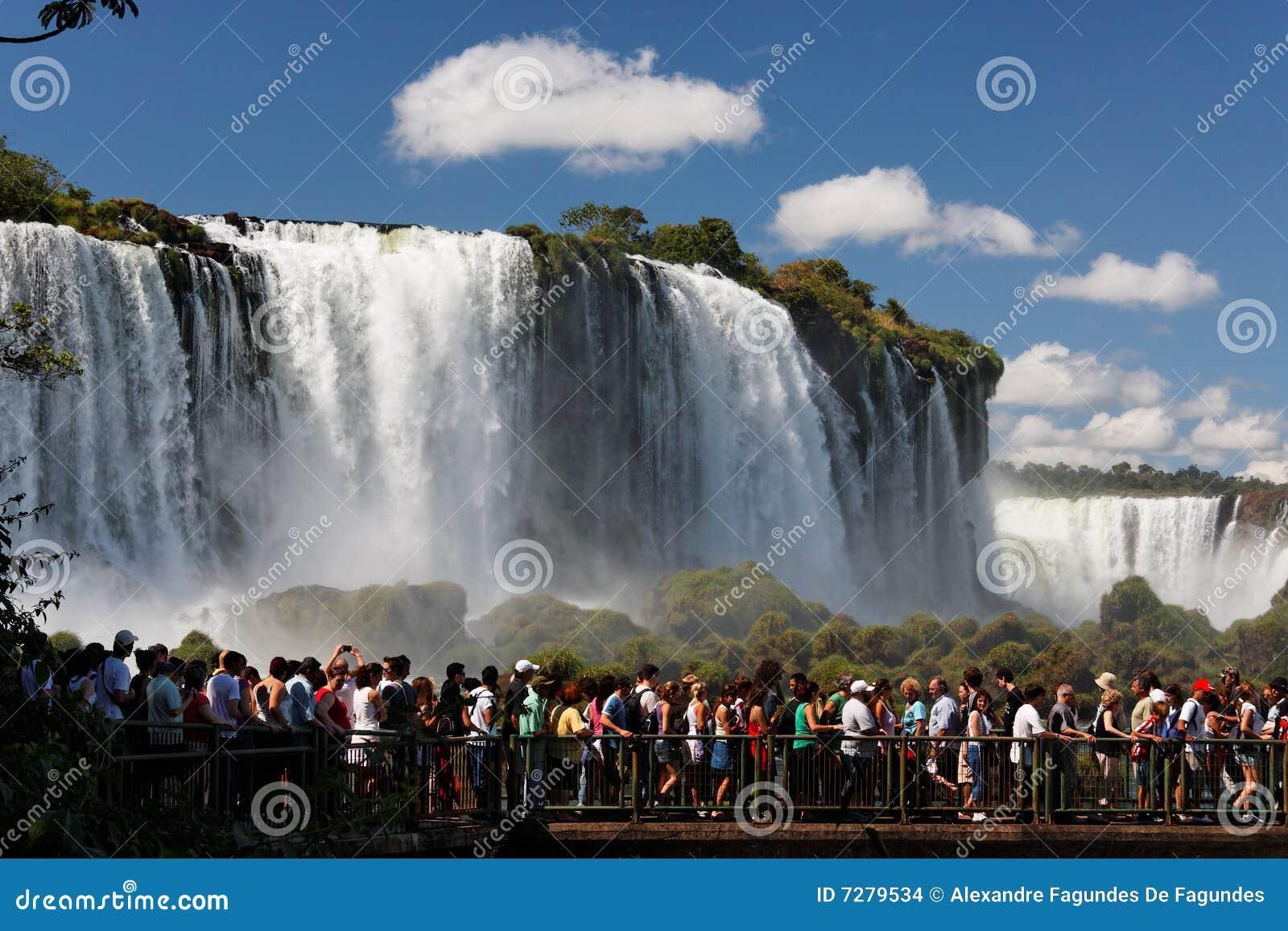 Los turistas en Foz hacen el parque de Iguassu