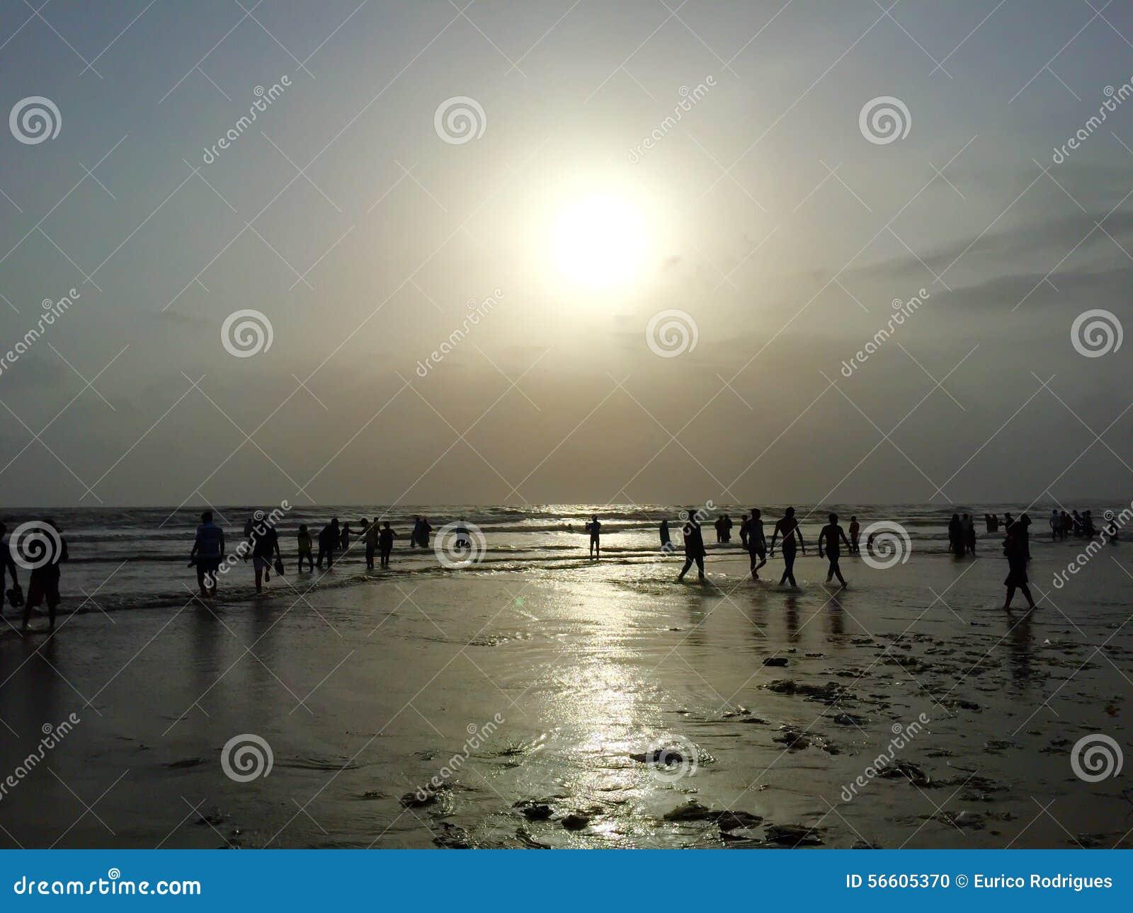 Los turistas en Juhu varan, Bombay, la India