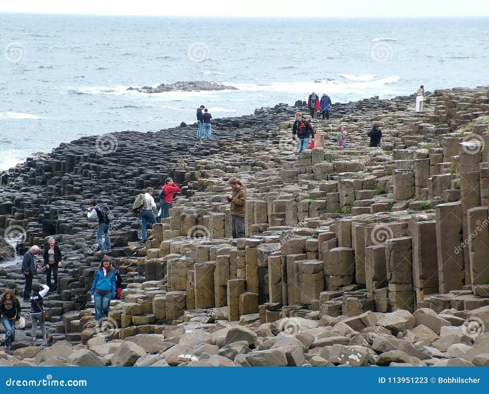 Los turistas exploran las formaciones de roca inusuales en el terraplén gigante del ` s