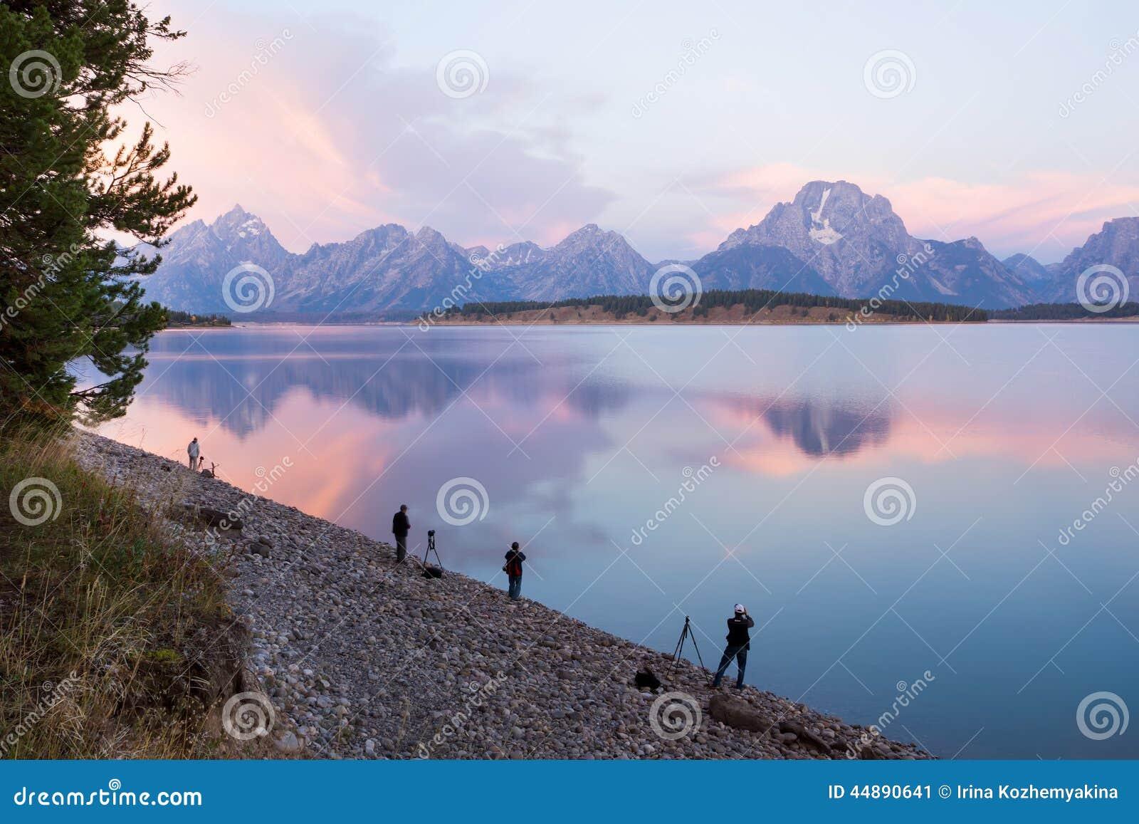 Los turistas toman imágenes de la salida del sol en las montañas de Teto magnífico