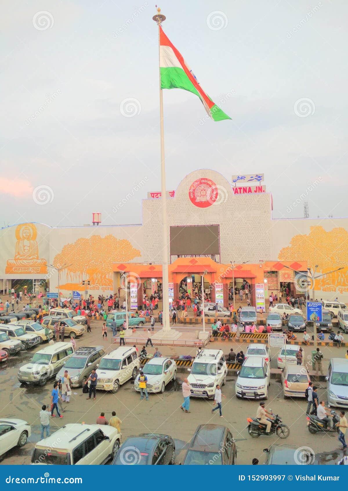 Los vehículos indios de la bandera del ferrocarril del empalme de Patna aprietan