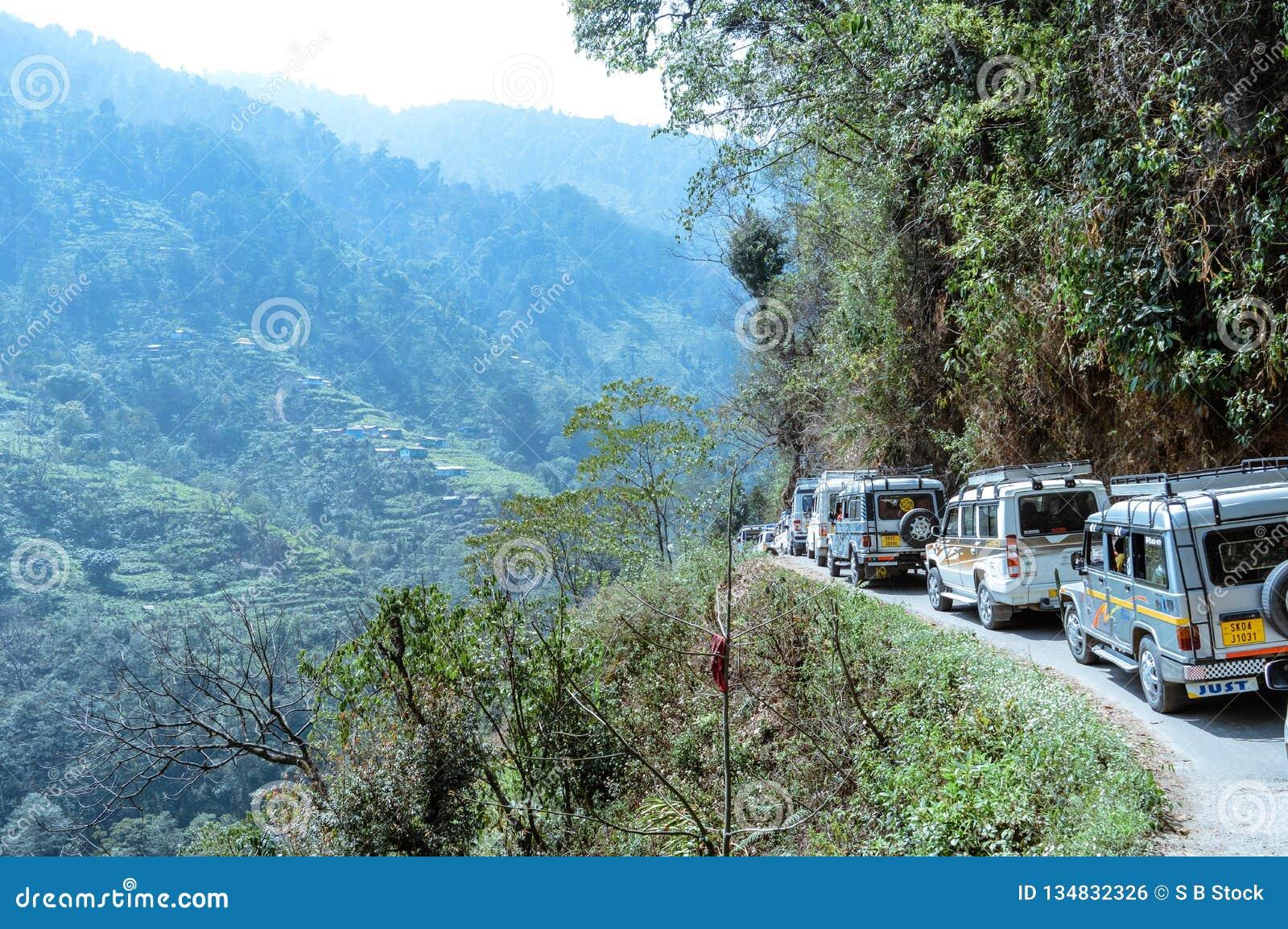 Los vehículos turísticos se alinearon para subir en la región de la colina del paso de valle himalayan de la montaña