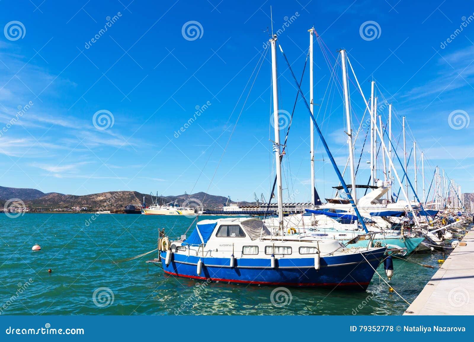 los veleros y los yates amarraron en el puerto de volos grecia