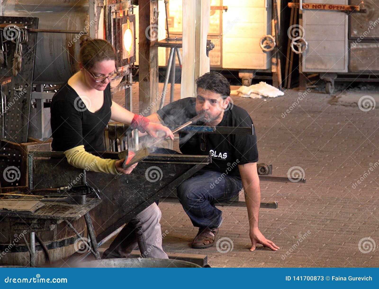 Los ventiladores de cristal demuestran su arte en una atracción turística popular en Leusden