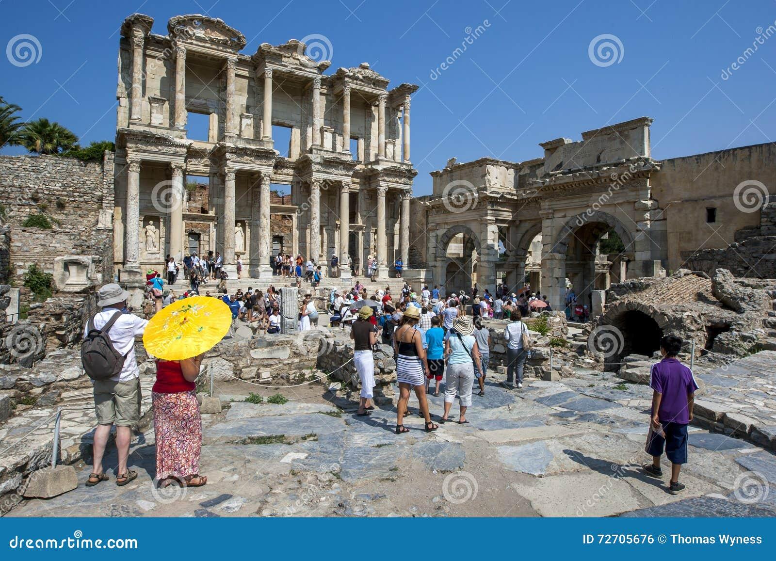 Los visitantes a Ephesus cerca de Selcuk en Turquía aprietan alrededor de las ruinas de la biblioteca de Celcus