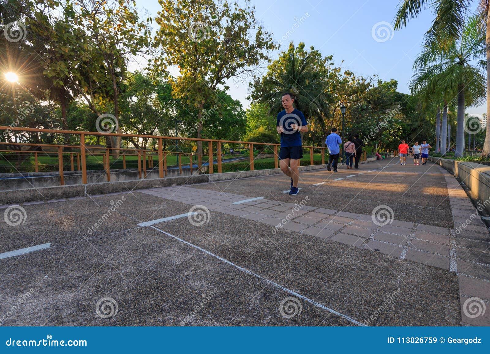 Los visitantes no identificados están corriendo en el parque de Benjakitti en Bangkok