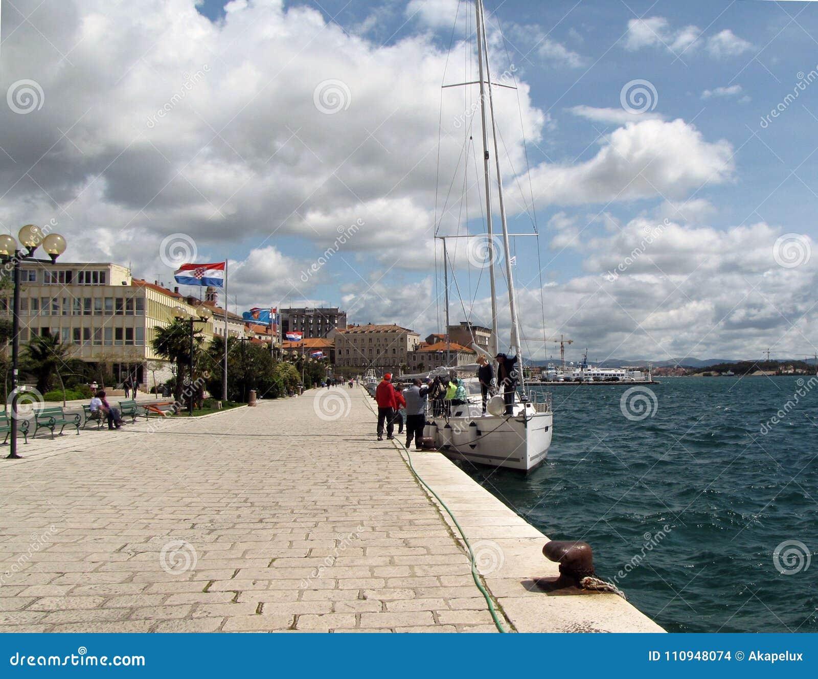 Los yates amarraron cerca del terraplén de la ciudad croata de Sibenik en un día ventoso soleado claro europa Mar adriático de Me