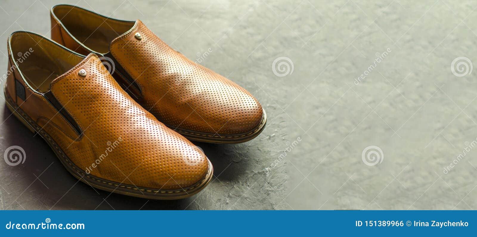 Los zapatos de los hombres clásicos en un fondo del darck Opini?n de ?ngulo del frente