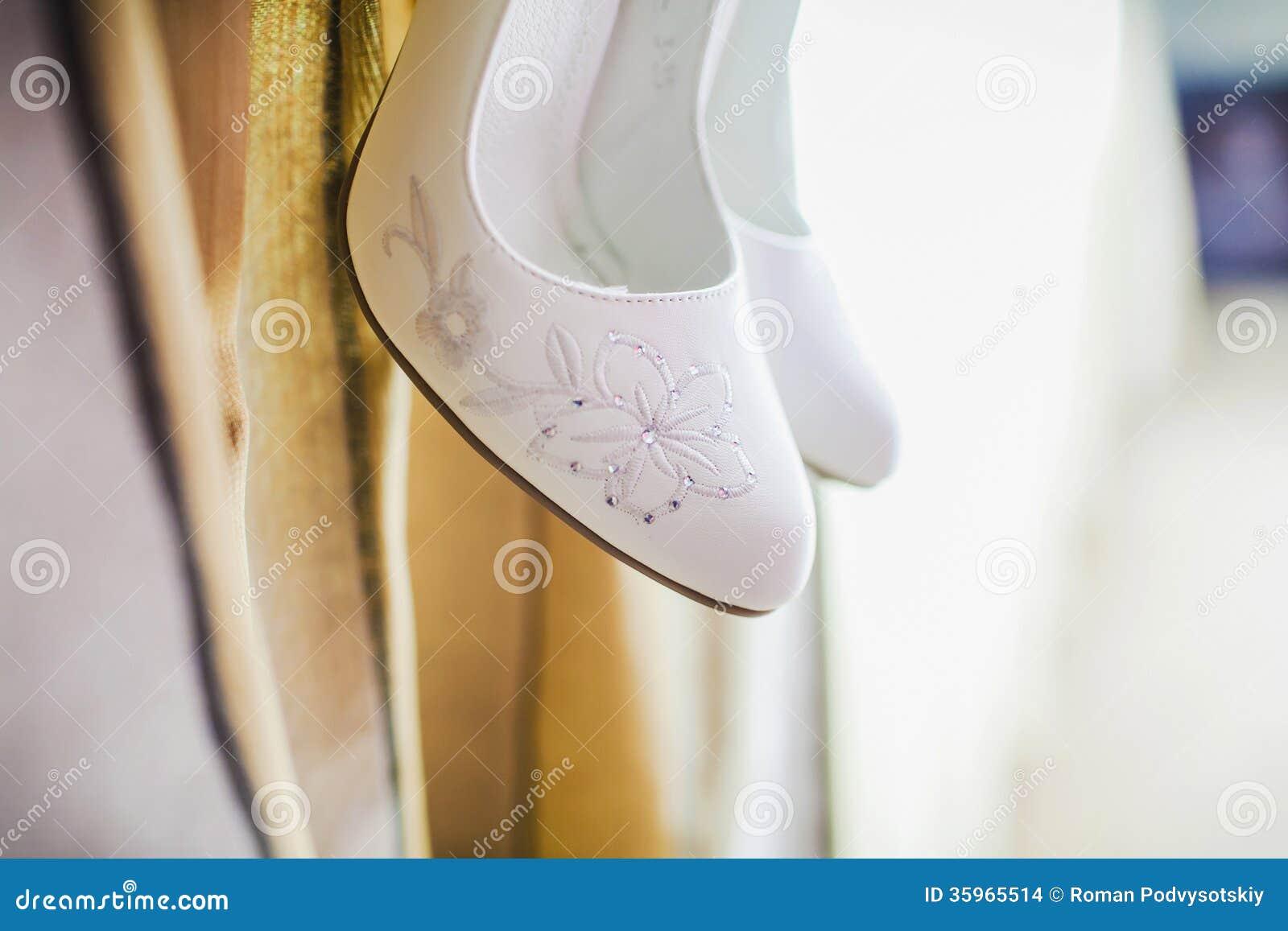 Los zapatos de la novia hermosa