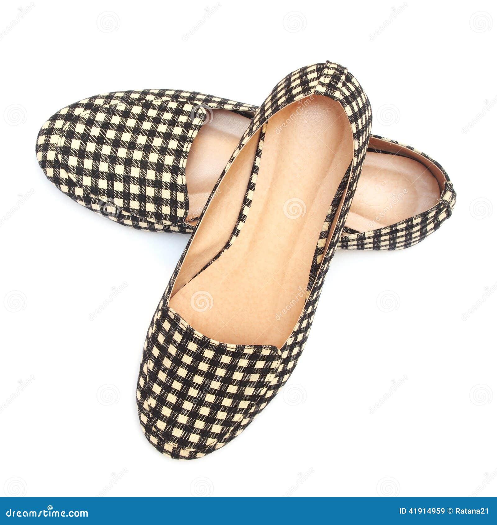 Los zapatos de la señora plana con el modelo a cuadros