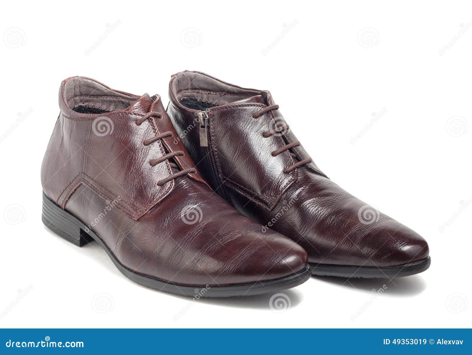 0e5ec57aaf Los zapatos marrones de los hombres de moda del invierno aislados en el fondo  blanco