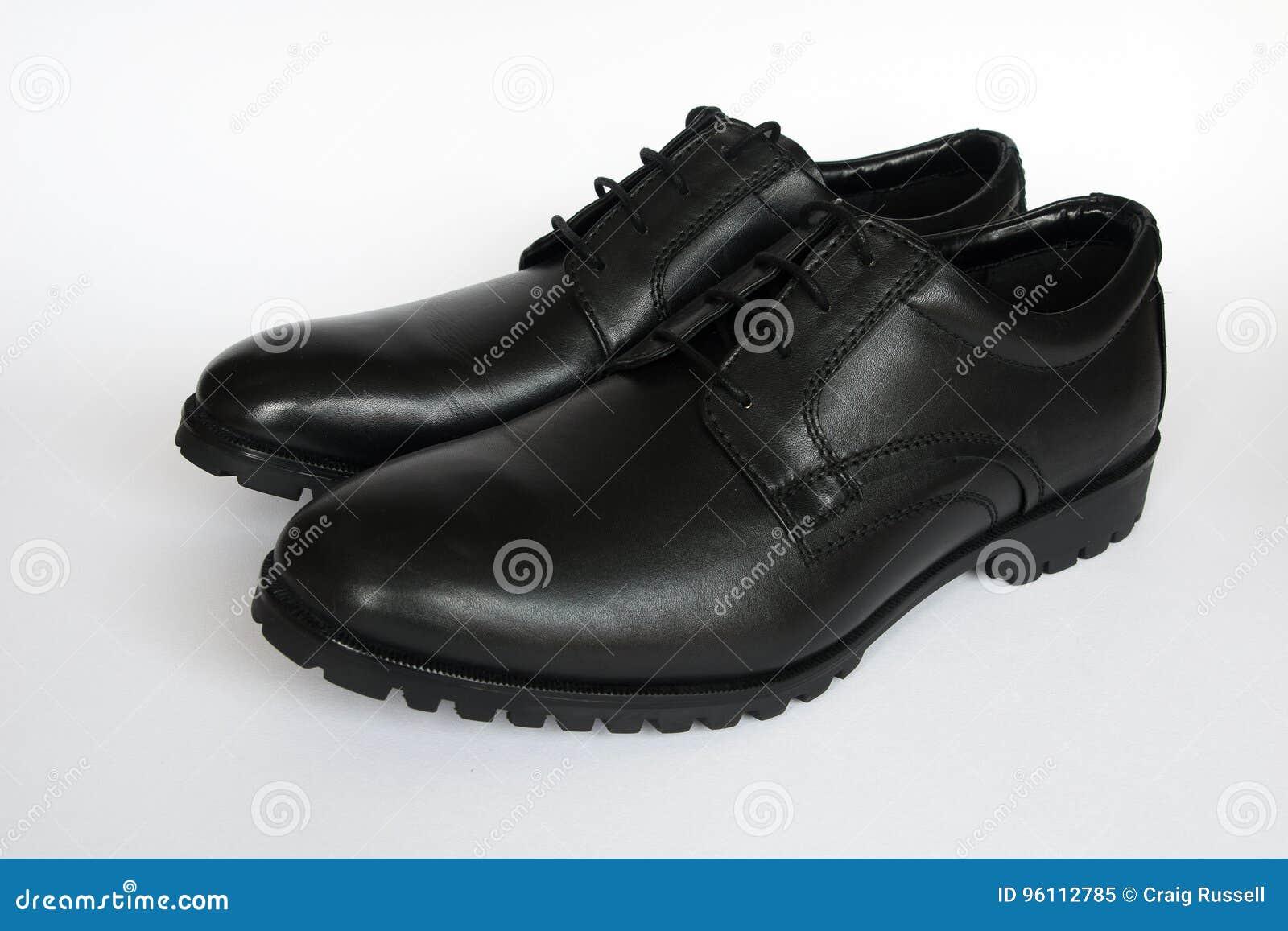 Un nuevo par de zapatos negros para hombre aislados en un fondo blanco fc7e0ce248ddc