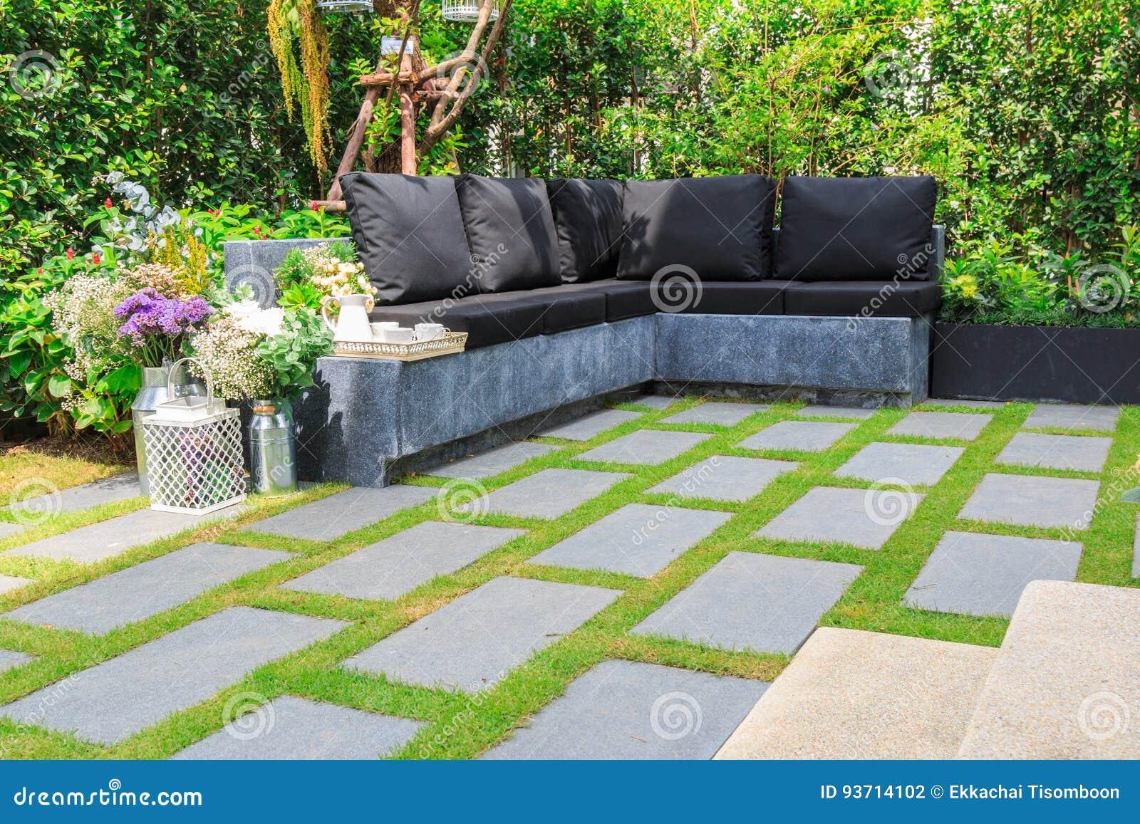 Losas de piedra en la hierba en el jard n foto de archivo - Losas para jardin ...