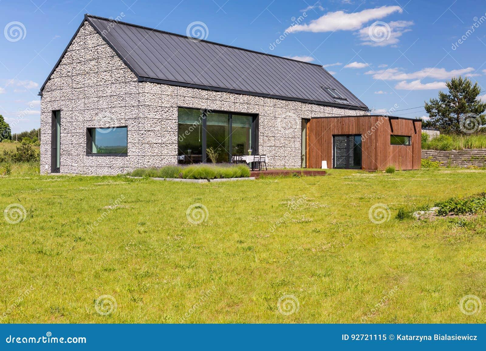 Losgemaakt huis met steenverhoging