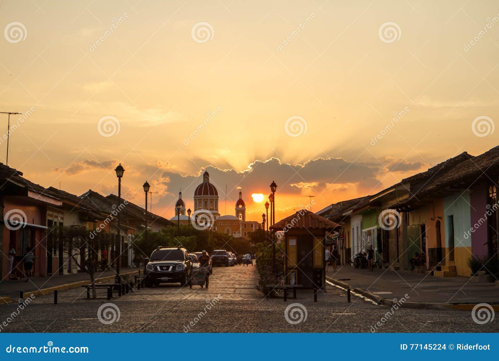 Losu Angeles Calzada uliczny widok przy popołudniem Podróży metaforyka dla Nikaragua