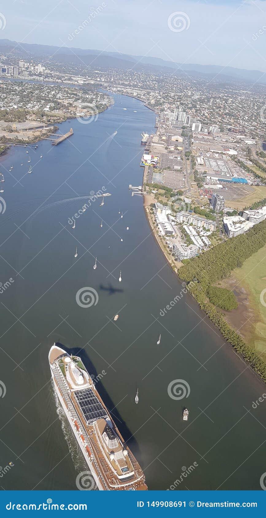 Lot nad miasto rzeką