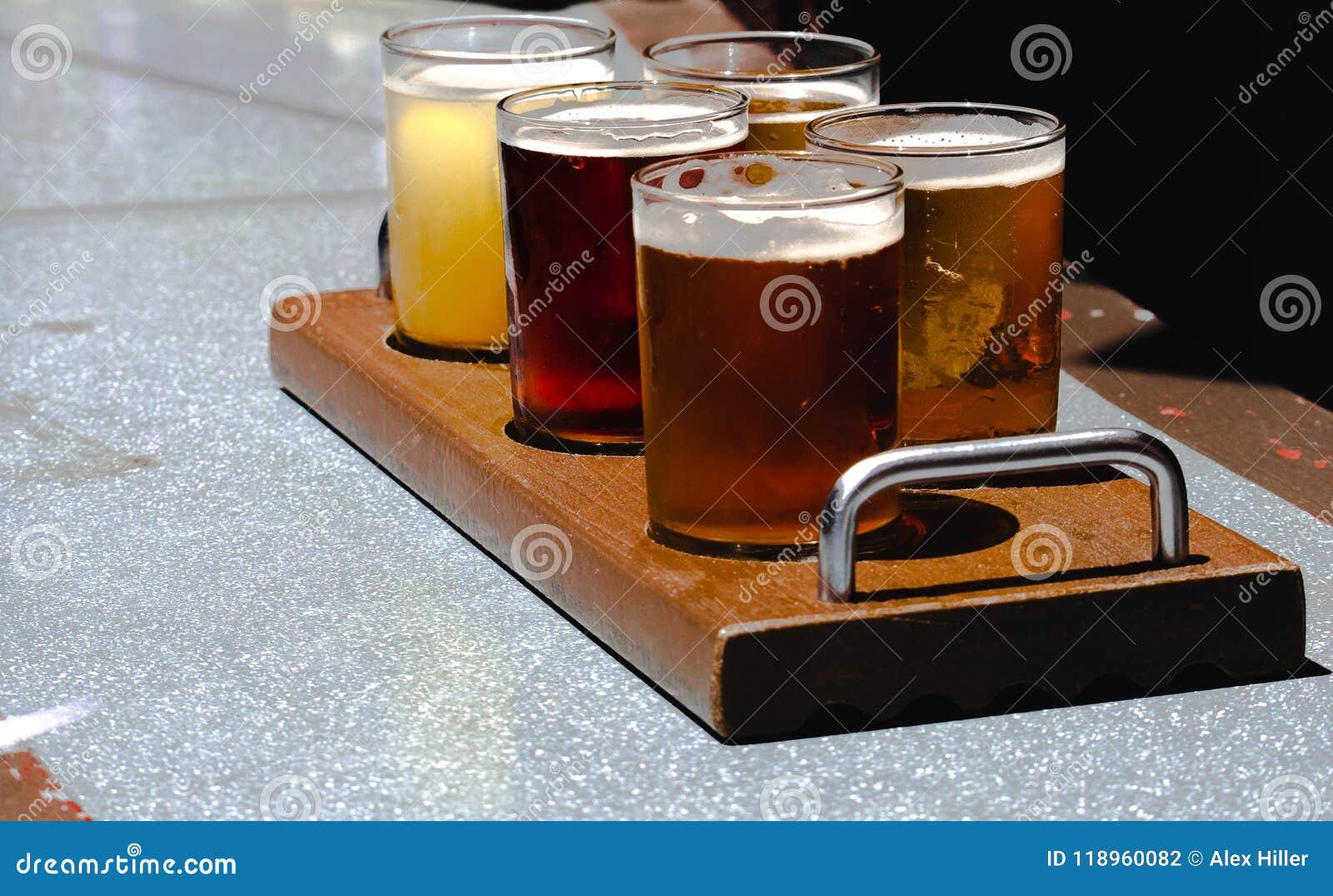 Lot rzemioseł piwa na gorącym letnim dniu