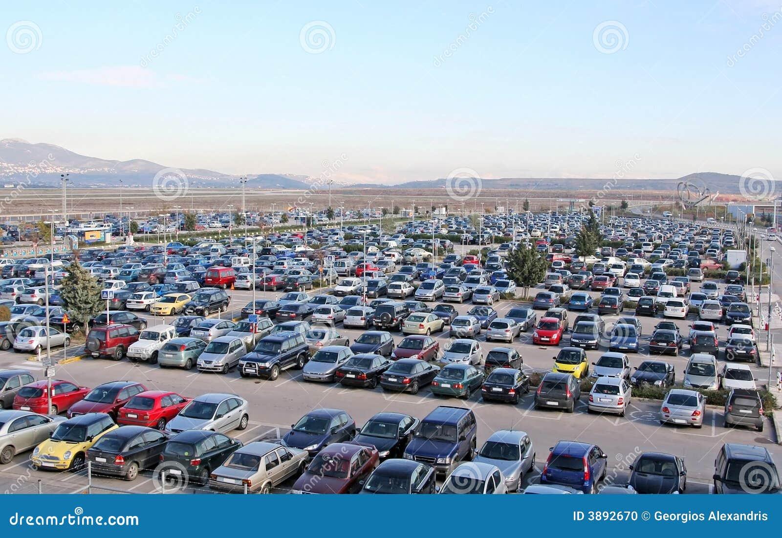 Lote de estacionamento completamente dos carros