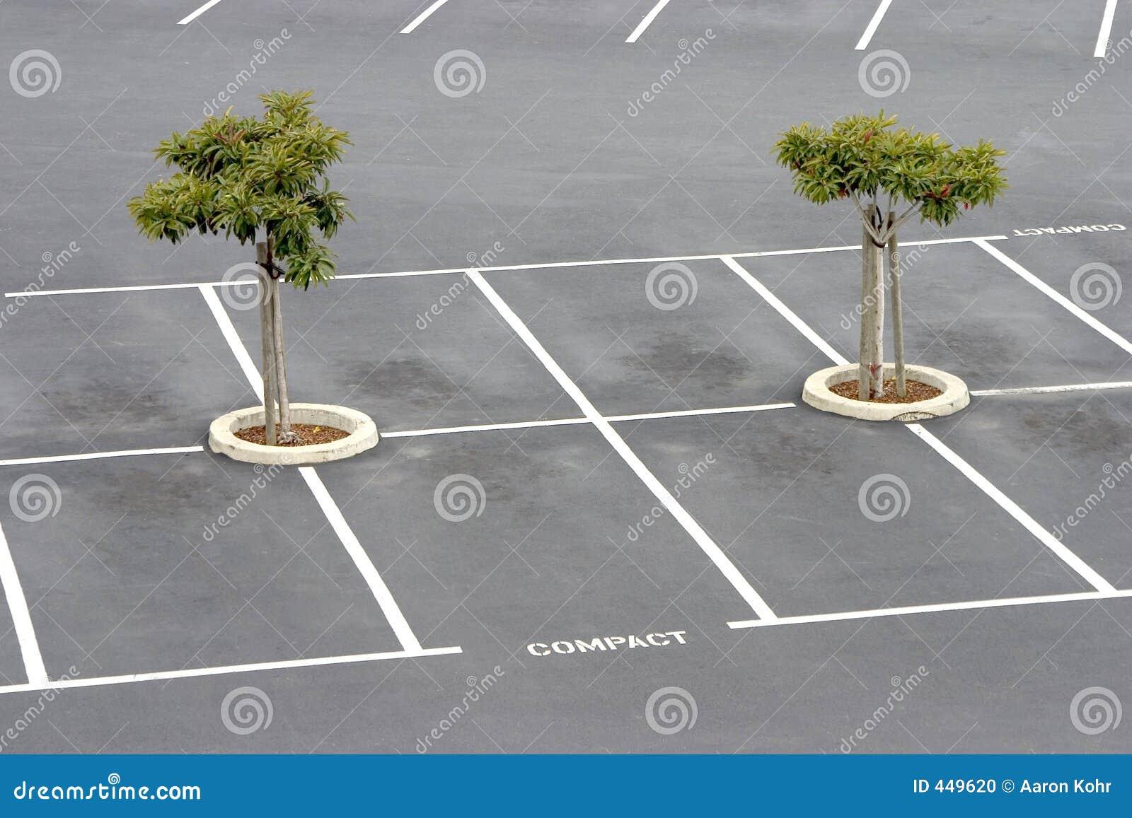 Lote de estacionamento vazio.