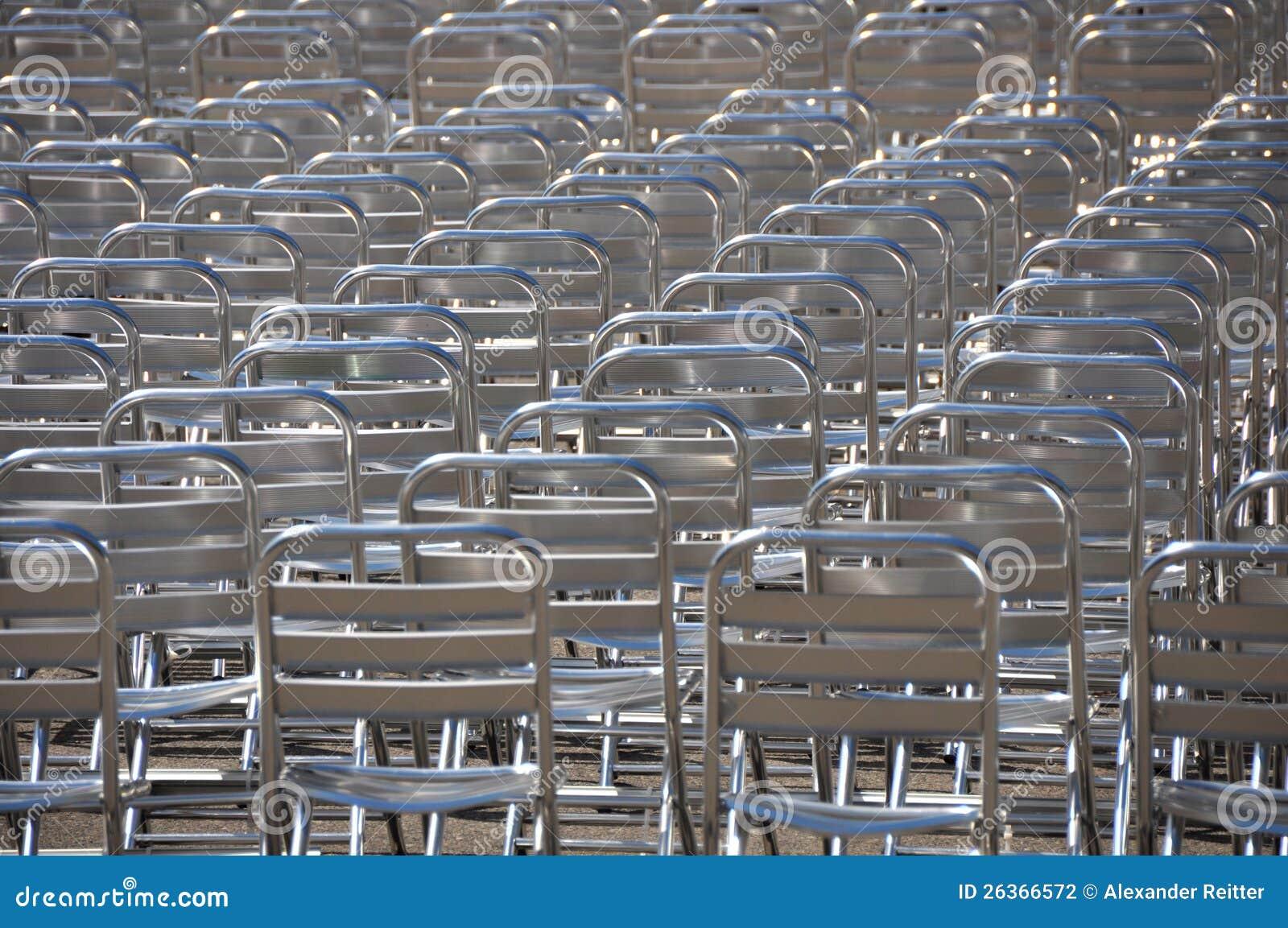 Lotes de cadeiras vazias - nenhuma audiência