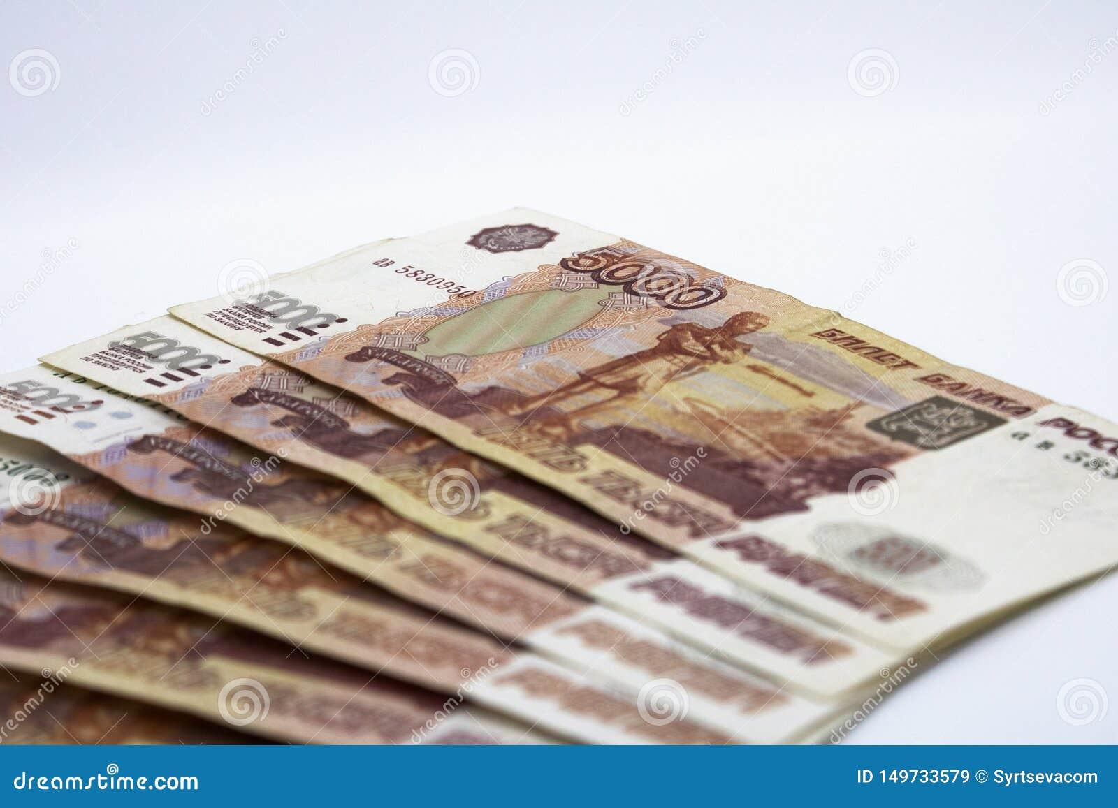Lotes do dinheiro do russo as c?dulas v?m nas denomina??es de cinco mil close-up das c?dulas