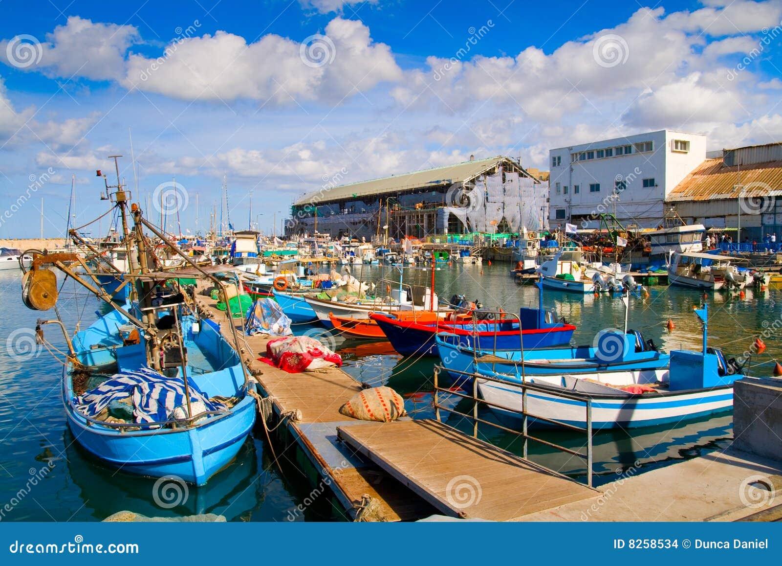 Lotes dos barcos na porta pitoresca de Telavive
