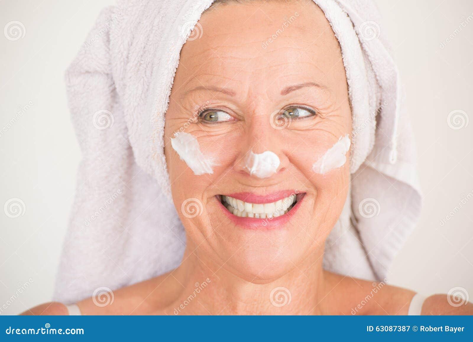 Download Lotion Mûre Attrayante De Visage De Femme Image stock - Image du expression, femelle: 63087387