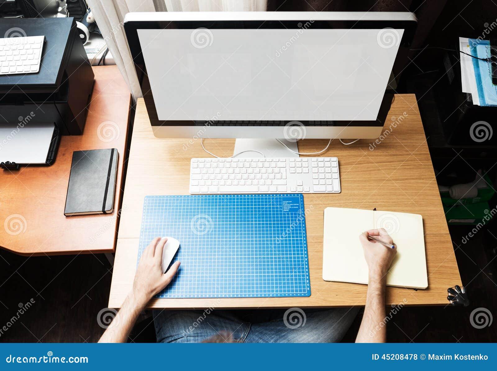 Lotisseur ou concepteur indépendant travaillant à la maison