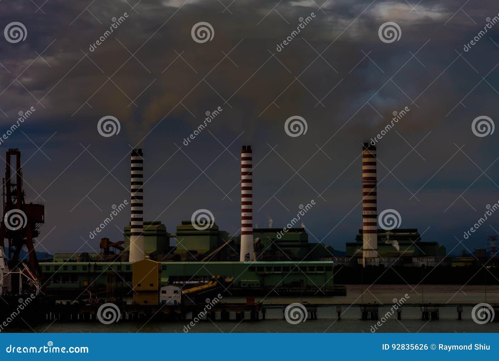 Lotniczego tła błękitny fabryczny zanieczyszczenie