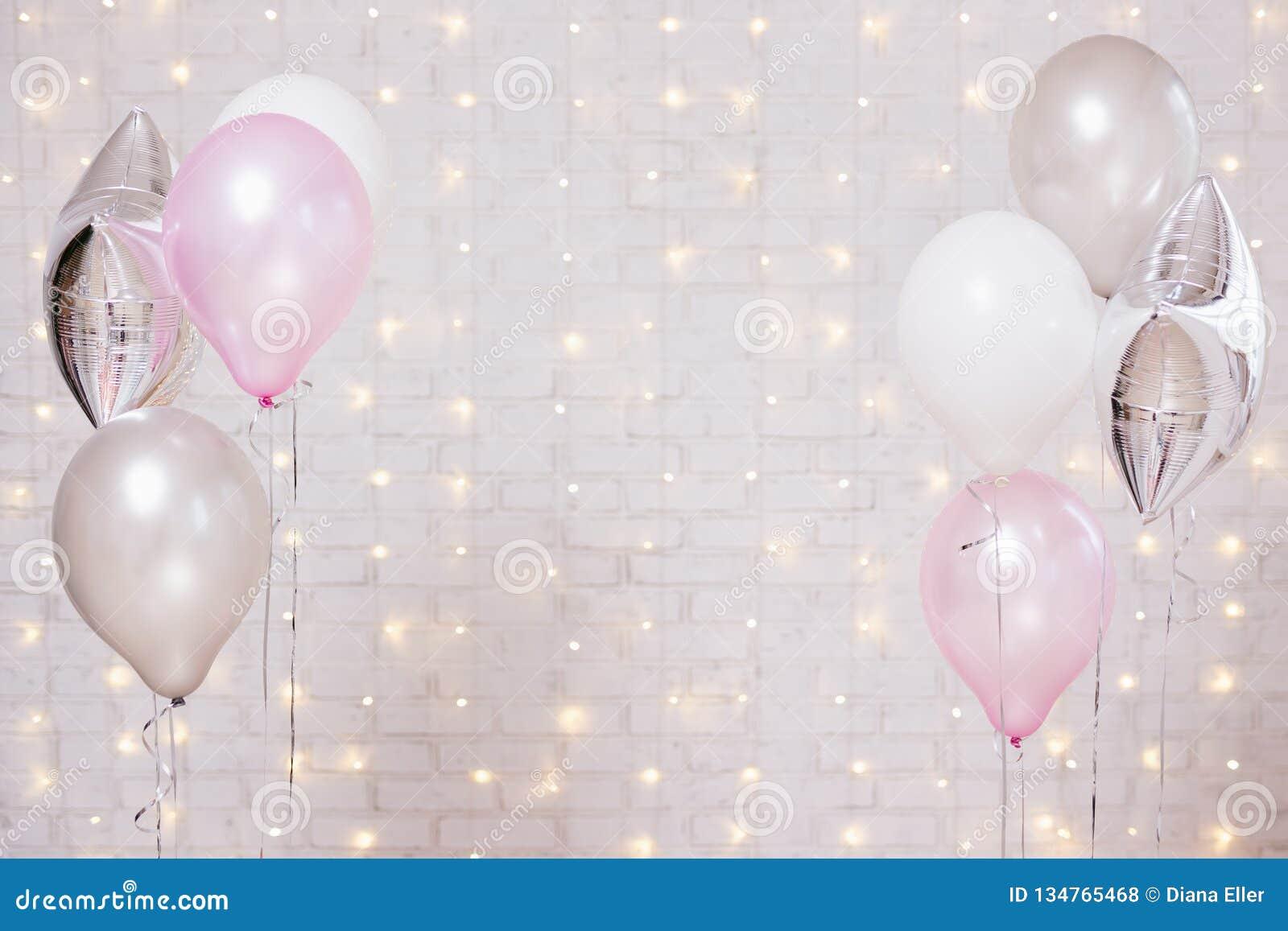 Lotniczy balony nad białym ściana z cegieł tłem z światłami