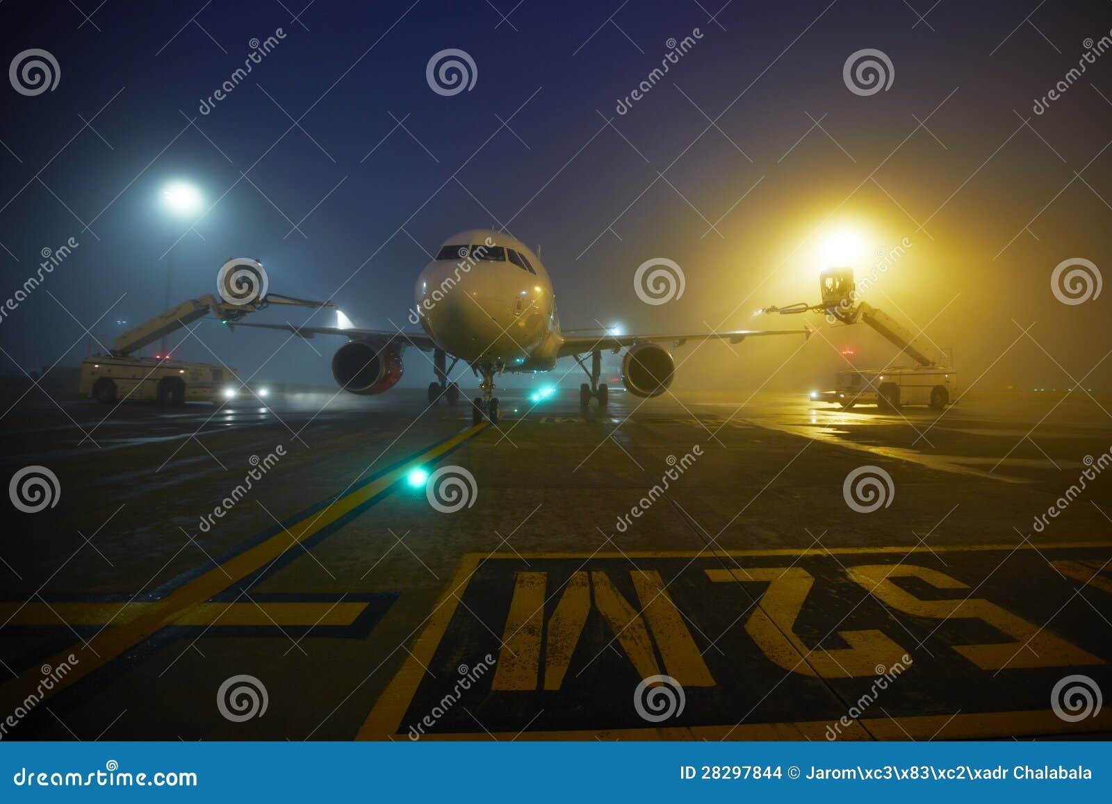 Lotnisko przy nocą