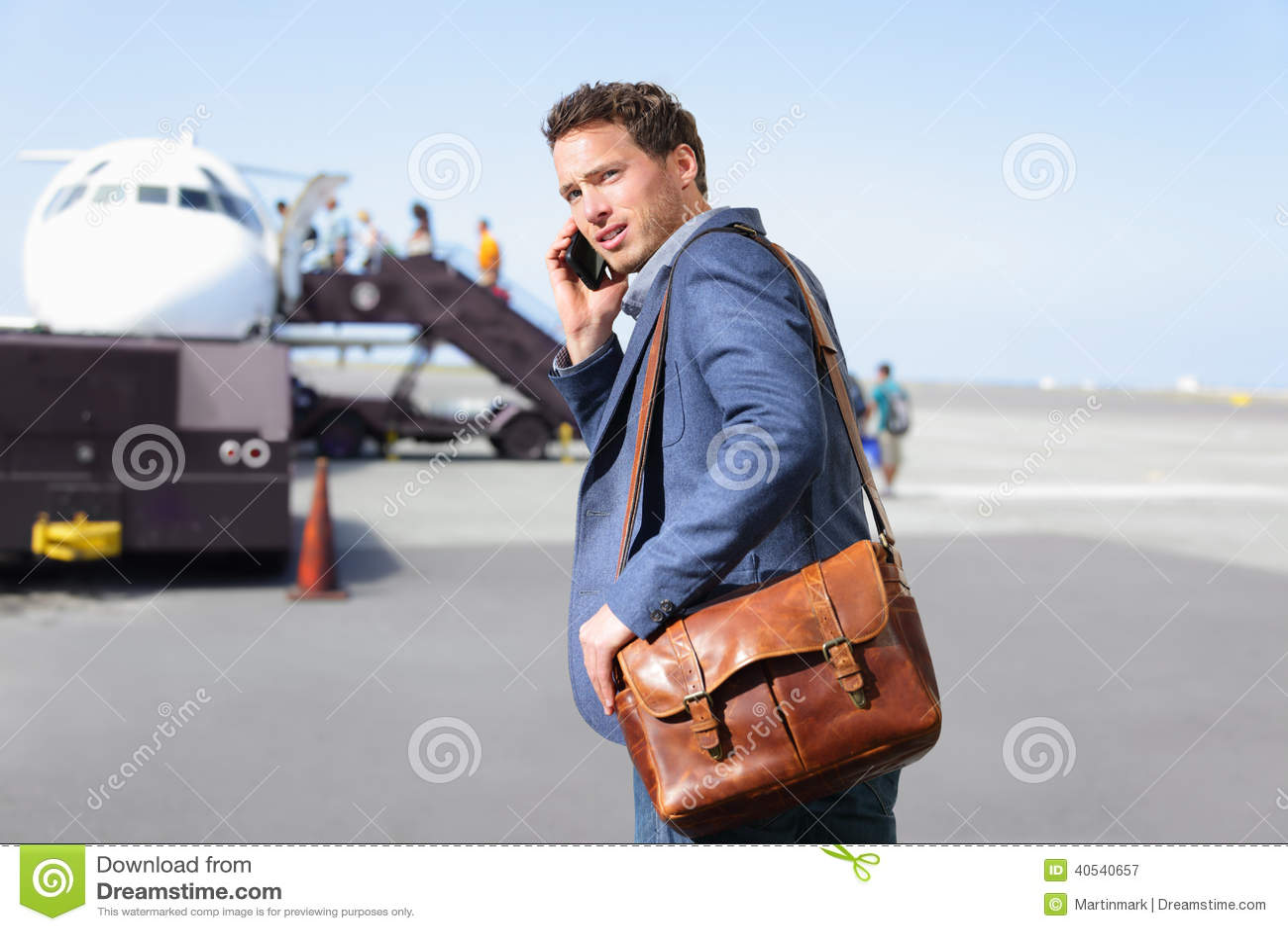 Lotniskowy biznesowy mężczyzna na smartphone samolotem