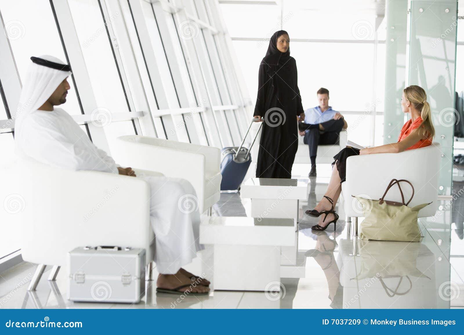 Lotniskowy wyjściowy holu pasażerów target3356_1_