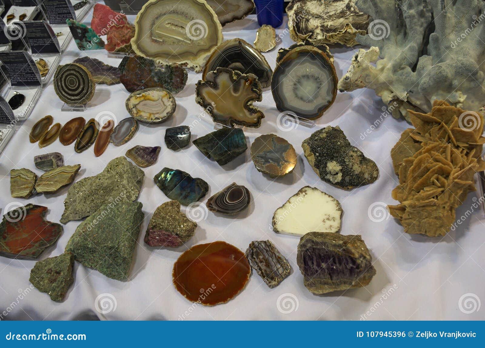 Lott av olika olika kristaller som visas på tabellen