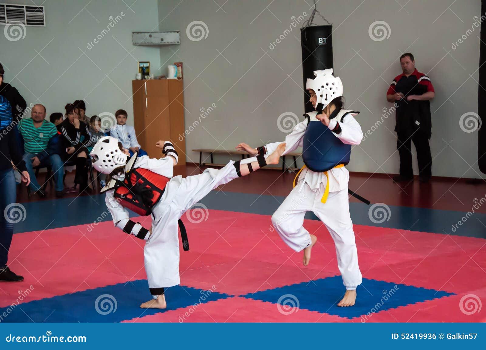 Lotta delle ragazze nel taekwondo