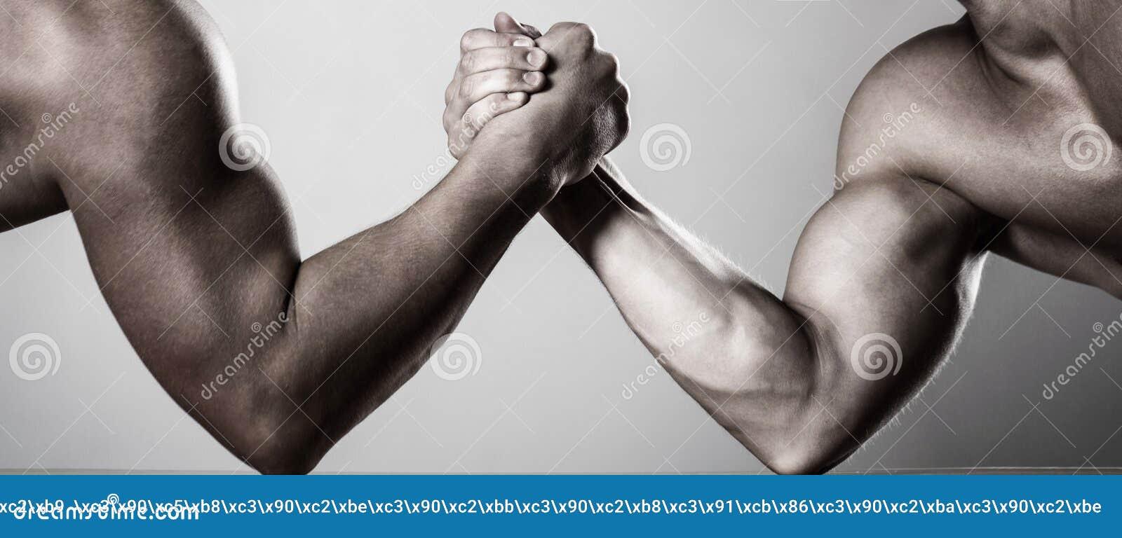 Lottare di braccio dei due uomini Rivalità, primo piano del braccio di ferro maschio Due mani Uomini che misurano le forze, armi