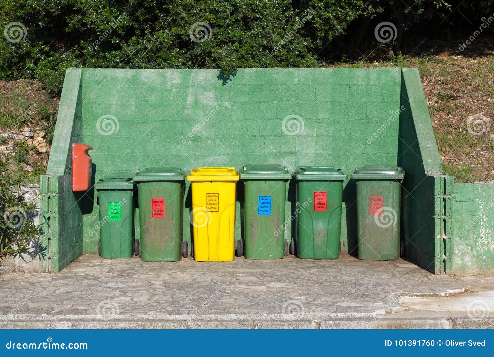 Lotti dei bidoni della spazzatura allineati fotografia stock