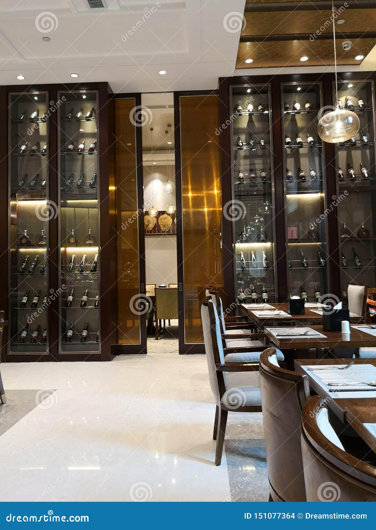 Lotti di vino e del suo gabinetto sulla stanza dinning in hotel
