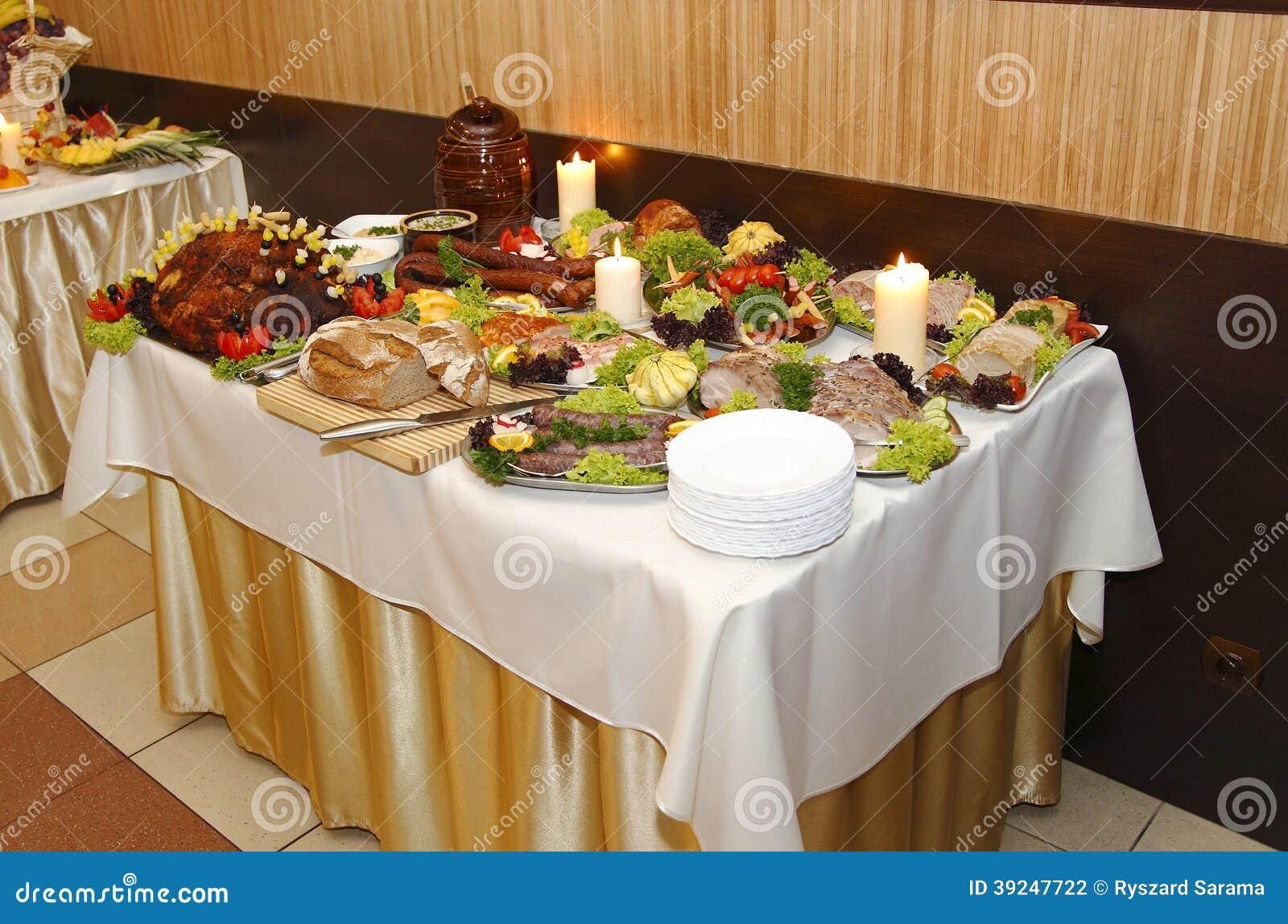 Lotto di alimento sulla tavola