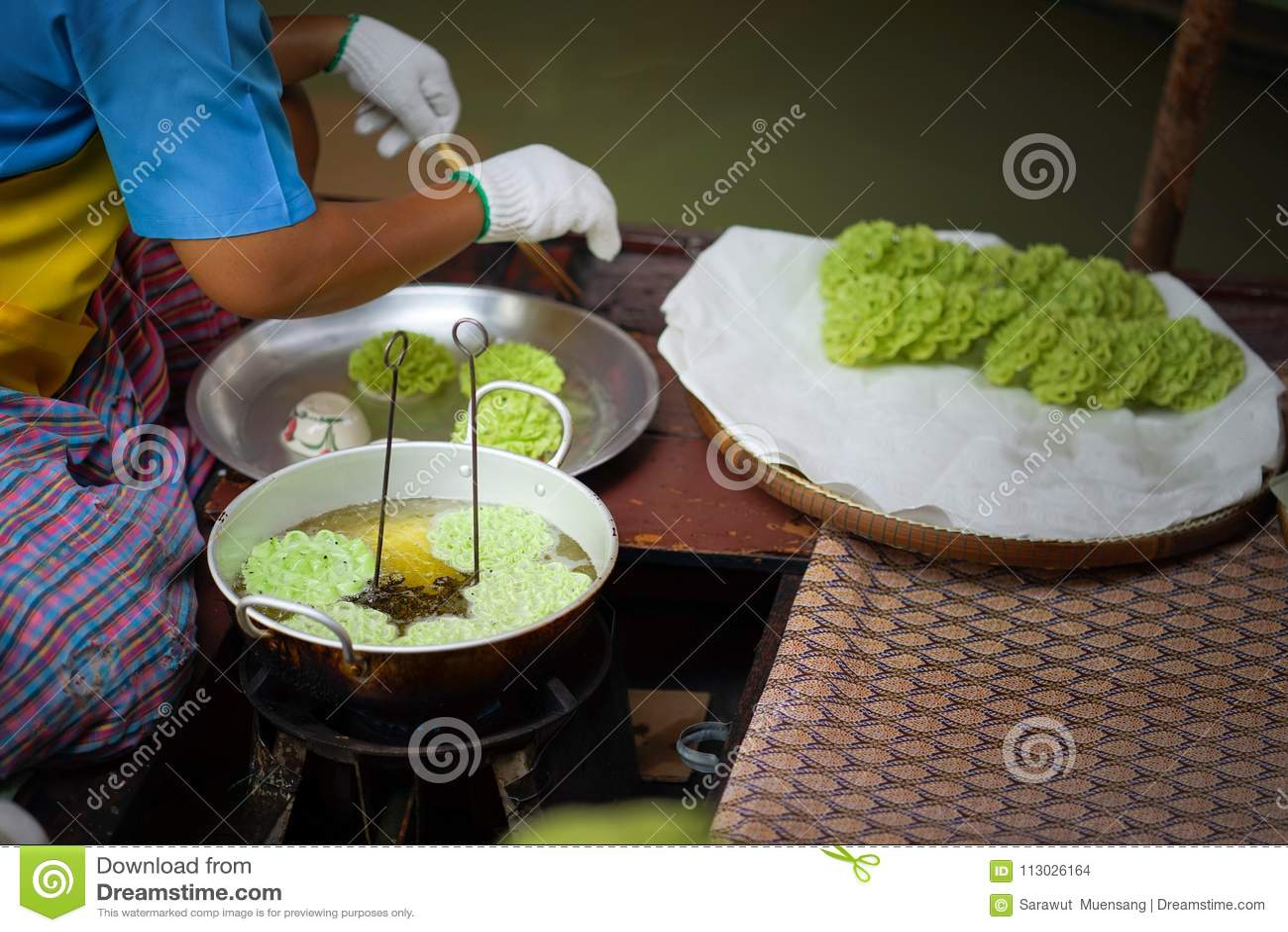 Lotus Blossom Cookie Kanom Dok curruscante Jok frió con aceite en una cacerola