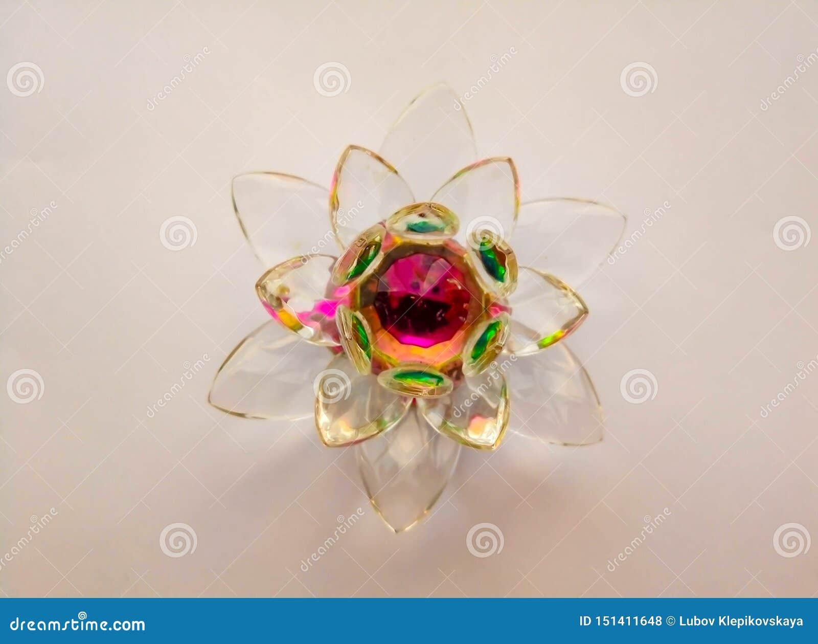 Lotus en verre sur un fond blanc
