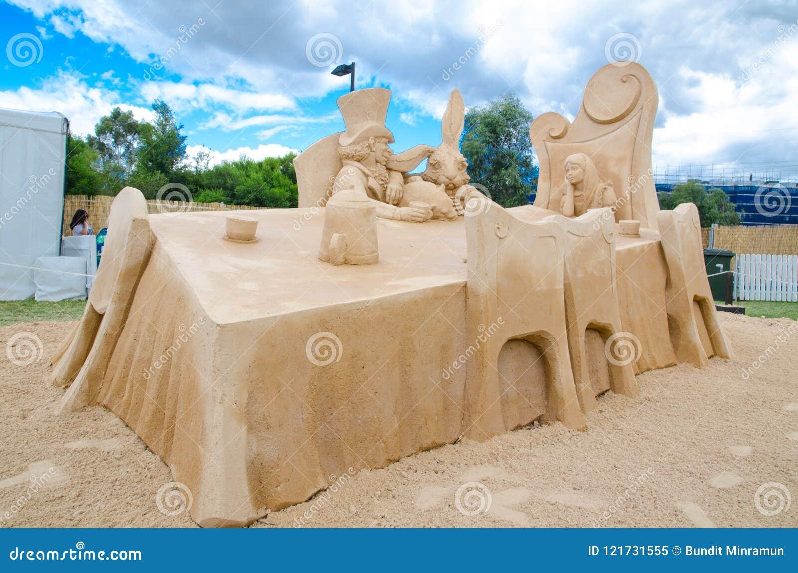 ` Louco do tea party do ` s do chapeleiro do ` bonito da escultura da areia na exposição do país das maravilhas, em Blacktown Sho