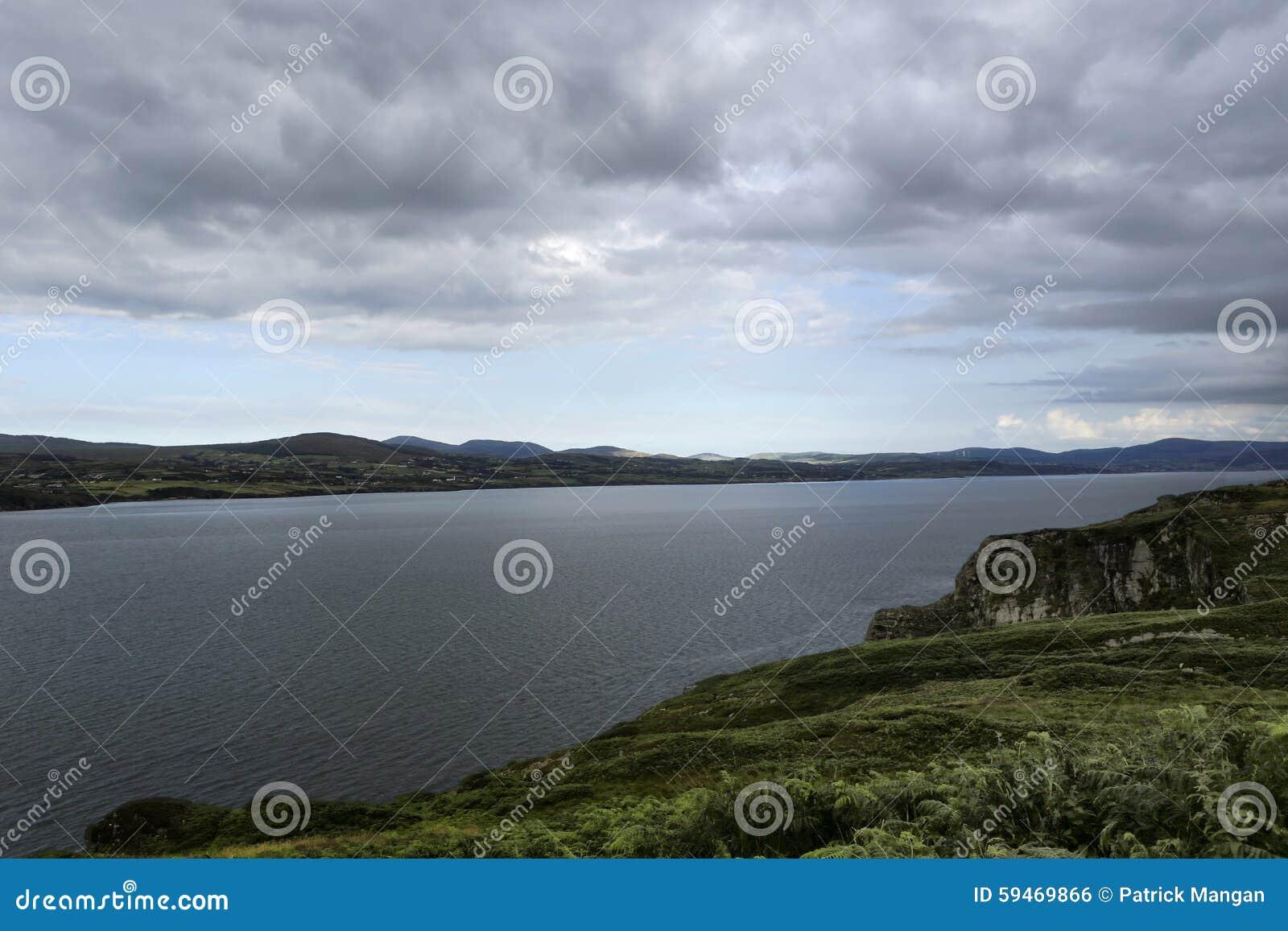 Lough Swilly med berg i avståndet